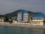вид с моря на гостиницу Шторм Лазаревское-набережная в мае